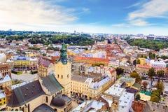 Schöne Ansicht der Stadt Hall Tower, Adam Mickiewicz Square und die historische Mitte von Lemberg, Ukraine Stockbilder