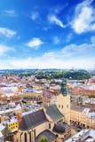 Schöne Ansicht der Stadt Hall Tower, Adam Mickiewicz Square und die historische Mitte von Lemberg, Ukraine Lizenzfreies Stockbild
