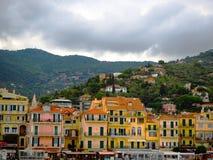 Schöne Ansicht der Stadt von Alassio mit bunten Gebäuden, Ligurien, Italiener Riviera, Region San Remo, Taubenschlag d ` Azur, It Lizenzfreie Stockfotos