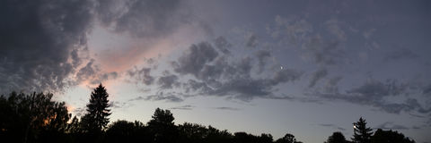 Schöne Ansicht des Abendhimmels, Sonnenuntergang, Sommerpanorama Lizenzfreies Stockbild