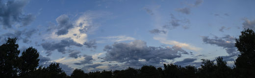 Schöne Ansicht des Abendhimmels, Sonnenuntergang, Sommerpanorama Stockfotos