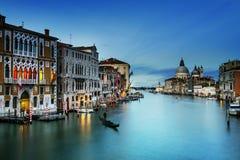 Schöne Ansicht des berühmten Canal Grande mit venetianischen Gondeln Lizenzfreie Stockfotos