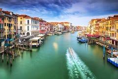 Schöne Ansicht des berühmten Canal Grande mit venetianischen Gondeln Stockfotografie