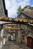 Schöne Ansicht des berühmten Durchganges von käik St. Catherine Katariina in der alten Stadt von Tallinn, Estland lizenzfreie stockfotos
