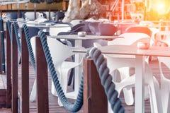 Schöne Ansicht des Cafés durch das Meer stockfotos
