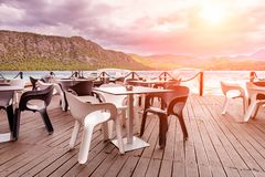 Schöne Ansicht des Cafés durch das Meer lizenzfreie stockfotografie