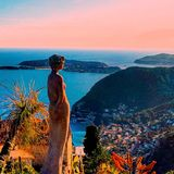 Schöne Ansicht des Dorfs von Eze, Skulpturen, botanischer Garten mit Kakteen, Mittelmeer-, französisches Riviera, azurblaue Küste Stockfotos