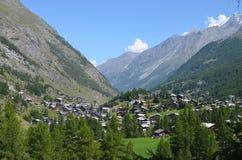 Schöne Ansicht des Dorfs von Zermatt an einem sonnigen Tag des Sommers Lizenzfreies Stockfoto