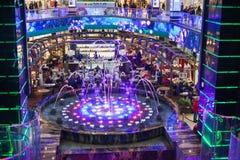 Schöne Ansicht des Einkaufszentrums Das Restaurant befindet sich hinter einem bunten Brunnen Das Foto wird genannt - stoppen Sie  stockfoto