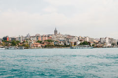 Schöne Ansicht des europäischen Teils von Istanbul gegen das schöne blaue Bosphorus und den Himmel Das moderne Istanbul stockbild