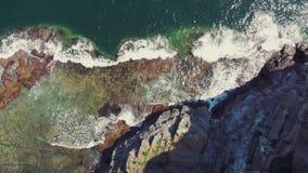 Schöne Ansicht des felsigen Ufers Art des Kreuzes verarbeitete Farb- Retro- Ton
