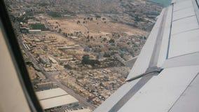 Schöne Ansicht des Flugzeugflügels vom Fensterplatz kurz nach dem Start, Fliegen über schöner sonniger Wüstenstadt stock video