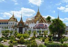 Schöne Ansicht des Gartens vor großartigem Royal Palace Bangkok, Stockbild