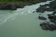 Schöne Ansicht des Gebirgsflusses im Sommer stockfotos