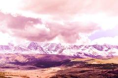 Schöne Ansicht des Gebirgszugs unter den rosa Wolken stockfoto