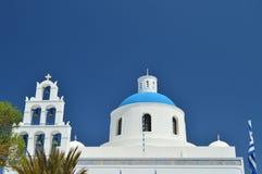 Schöne Ansicht des Glockenturms und des Dachs der Hauptfassade von Panagia-Kirche in Insel Oia Santorini Architektur, Landschafte lizenzfreies stockfoto