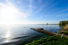 Schöne Ansicht des hölzernen Piers nahe dem See mit klarem Wasser Stockfoto