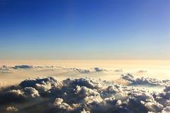 Schöne Ansicht des Himmels und der Wolke vom Flugzeug, Sonnenuntergang mit einem hei Lizenzfreie Stockbilder
