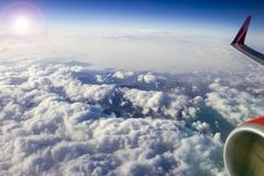 Schöne Ansicht des Himmels vom Flugzeugfenster, Wolken, Sonne Stockbild