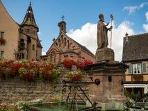 Schöne Ansicht des historischen Marktplatzes von Eguisheim, ein populärer touristischer Bestimmungsort entlang dem berühmten Elsa stockbild