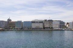Schöne Ansicht des historischen Stadtzentrums von Genf mit Booten auf Genfersee im Hafen Blauer Himmel und Wolken herein stockfotos