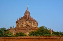Schöne Ansicht des Htilominlo-Tempels bei Sonnenaufgang in Bagan-Bogen Lizenzfreies Stockbild