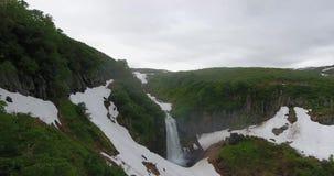 Schöne Ansicht des Kaskadenwasserfalls im Gebirgszug Vachkazhets am bewölkten Tag Sommerberglandschaft der Halbinsel Kamtschatka stock video footage