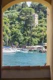 Schöne Ansicht des Meeres durch Bogen in Portofino, Italien Stockfotos
