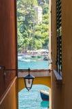 Schöne Ansicht des Meeres durch schmale Gasse in Portofino, Italien Stockbild