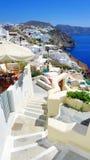 Schöne Ansicht des Meeres und der Häuser auf Santorini-Insel Stockfotografie