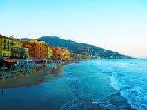 Schöne Ansicht des Meeres und der Stadt von Alassio mit bunten Gebäuden, Ligurien, Italien Stockfotos