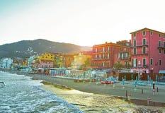 Schöne Ansicht des Meeres und der Stadt von Alassio mit bunten Gebäuden, Ligurien, Italiener Riviera, Region San Remo, Italien Lizenzfreie Stockfotos