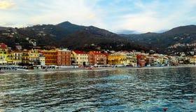 Schöne Ansicht des Meeres und der Stadt von Alassio mit bunten Gebäuden, Ligurien, Italiener Riviera, Region San Remo, Taubenschl Lizenzfreie Stockfotografie