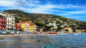 Schöne Ansicht des Meeres und der Stadt von Alassio mit bunten Gebäuden, Ligurien, Italiener Riviera, Region San Remo, Taubenschl Stockfotografie