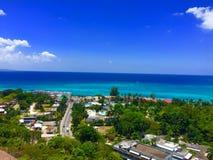 Schöne Ansicht des Ozeans und der Stadt Stockbilder
