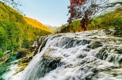 Schöne Ansicht des Perlen-Massen-Wasserfalls unter Bergen Lizenzfreie Stockfotos