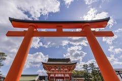 Schöne Ansicht des Schreins Fushimi Inari in Kyoto, Japan, gestaltet in einer roten Tür lizenzfreie stockfotos