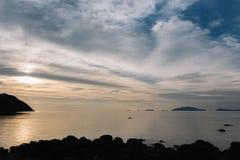 Schöne Ansicht des Sonnenuntergangs am Strand mit den Kayak fahrenden Leuten stockbilder