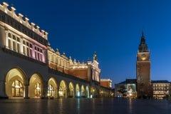 Schöne Ansicht des Stoffes Hall Sukiennice und des ¼ Turm-Halls WieÅ ein ratuszowa w Krakowie in der blauen Stunde, Krakau-` s al stockfotografie