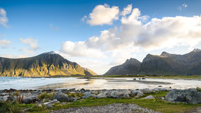 Schöne Ansicht des Strandes mit blauem Himmel, Lofoten, Norwegen Stockfotografie