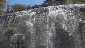 Schöne Ansicht des Wasserfalls im Chateau Parc de la Colline DU, Nizza, Tourismus stock footage