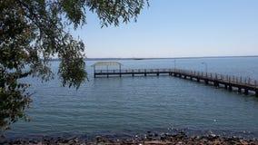 Schöne Ansicht eines Docks am Rand von einem Fluss stockfoto