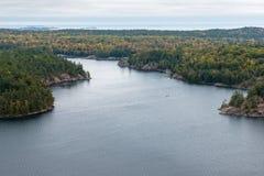 Schöne Ansicht eines Fallwaldes und -sees von oben Stockbilder