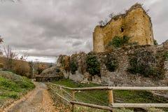 Schöne Ansicht eines Seitenweges des Schlosses Franchimont in den Ruinen lizenzfreie stockbilder