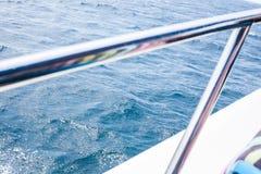 Schöne Ansicht in Meer oder in Ozean vom Schiff stockfotografie