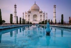 Schöne Ansicht mit langer Belichtung des berühmten Taj Mahal-Mausoleums in Agra, Uttar Pradesh, Indien, Ende des Nachmittagslicht stockbild