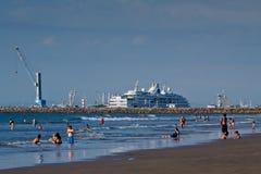 Schöne Ansicht mit Luxuskreuzfahrt im Hafen von Lizenzfreies Stockfoto
