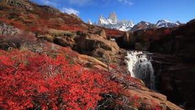 Schöne Ansicht mit Wasserfall und Fitz Roy-Berg patagonia stock video footage
