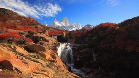 Schöne Ansicht mit Wasserfall und Fitz Roy-Berg Patagonia, Argentinien stock video