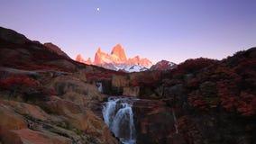 Schöne Ansicht mit Wasserfall und Fitz Roy-Berg Patagonia, Argentinien stock video footage